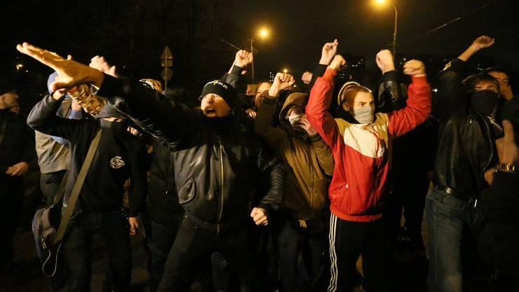 Polizei geht nach rassistischen Ausschreitungen gegen Migranten vor