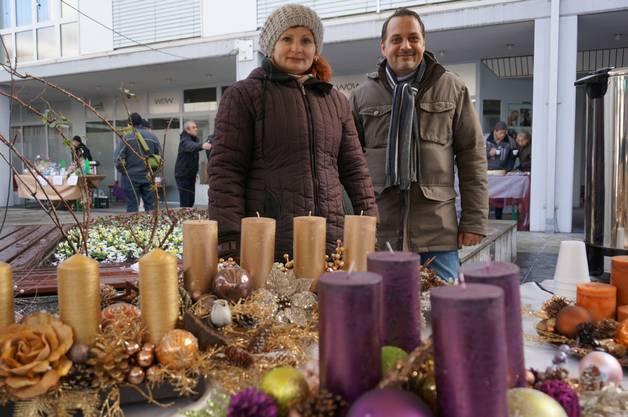 Ildiko und Reto Feurer bieten neben Adventskränzen auch Glühwein an