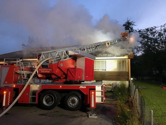 Die Regiowehr Suhrental löscht den Brand mit Unterstützen zweier anderer Feuerwehren.