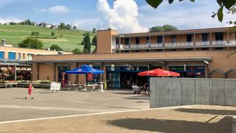 An diesem Gebäude auf dem Rudolfstetter Dorfplatz wird für Lidl angebaut. chr