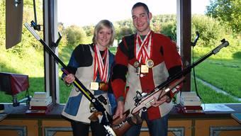 Ein Dreamteam: Bettina Bucher und Rafael Bereuten präsentieren stolz Gewehre und Medaillen. (aw)