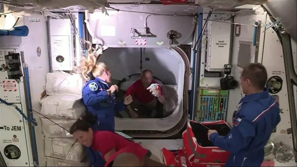 Baby Yoda kommt mit Crew an der Raumstation ISS an