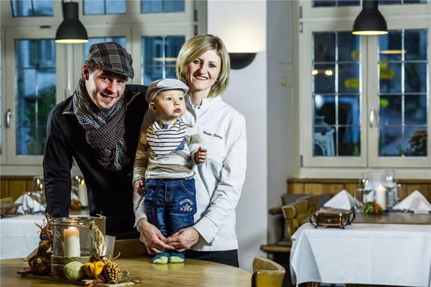 Haben Grund zur Freude: Nadja Schuler und Stephane Wirth, Geschäftsführer des «Hirschen» in Villigen.