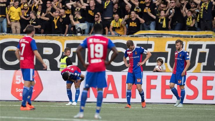 Jubel bei den Berner Fans: Die FCB-Spieler um Silvan Widmer (rechts) und Fabian Frei (2. v. r.) stehen geknickt auf dem Feld.