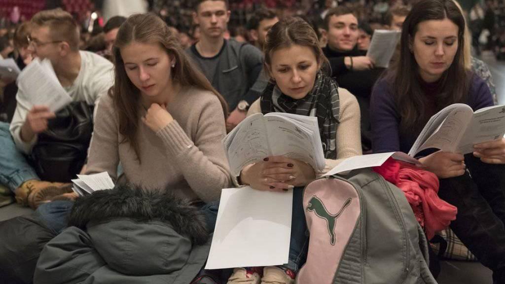 Freude statt Angst, Vertrauen statt Abschottung: Rund 20'000 gläubige junge Menschen setzten sich am Taizé-Treffen in Basel mit diesem Motto auseinander. (Archiv)
