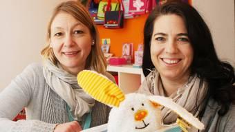 Rahel Hasenfratz (l.) und Nicole Wettstein in ihrem neu eingerichteten Verkaufsladen mit Nähatelier an der Berntorstrasse.