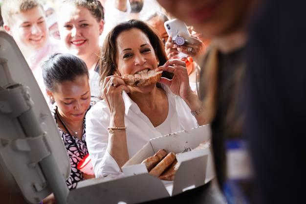 Ein Stück Schwein muss sein: Die kalifornische Senatorin Kamala Harris letzte Woche bei einem Volksfest in Iowa.