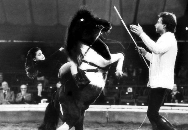 Schon als vierjähriges Mädchen wagte sich Géraldine Knie in die Zirkus-Manege. Ebenfalls auf dem Foto von 1977: ihr Vater Fredy Knie junior.
