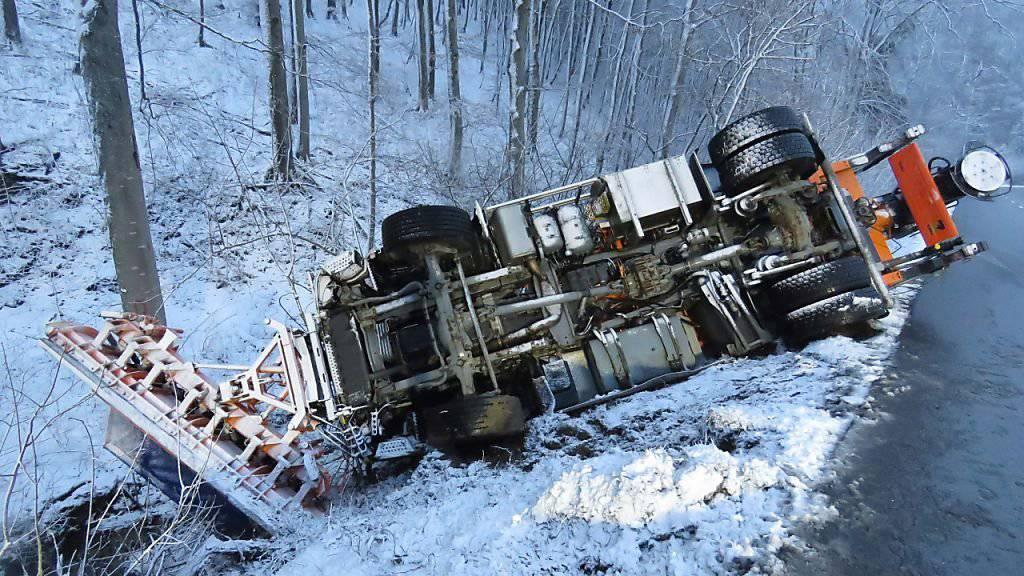 Ein Schneeräumungs- und Salzfahrzeug ist am Mittwochmorgen auf der Strasse über den Benken zwischen Oberhof AG und Küttigen AG ins Rutschen geraten und umgekippt. Die Bergung dauerte mehrere Stunden.