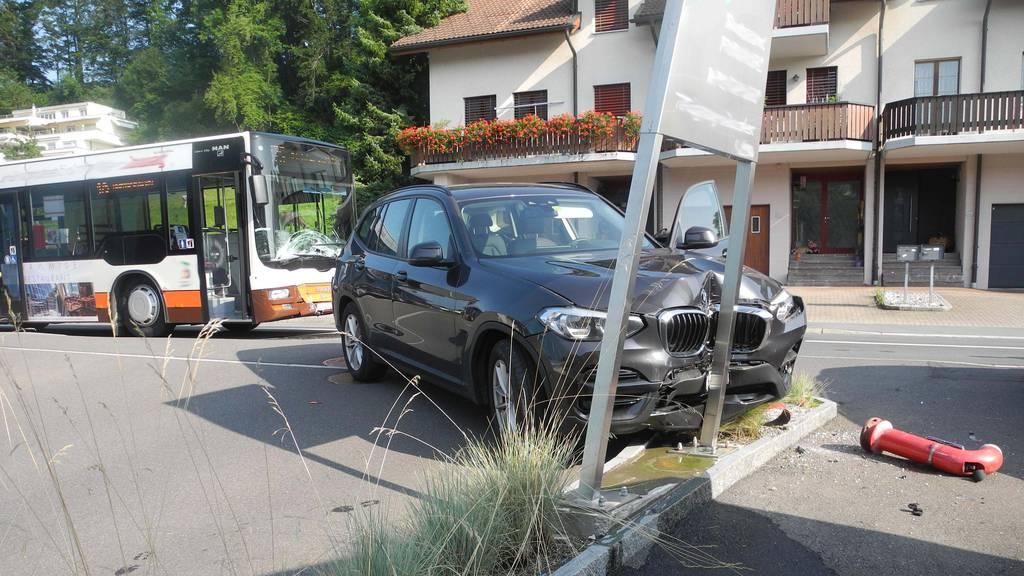 Kollision zwischen Linienbus und Auto – eine Person verletzt