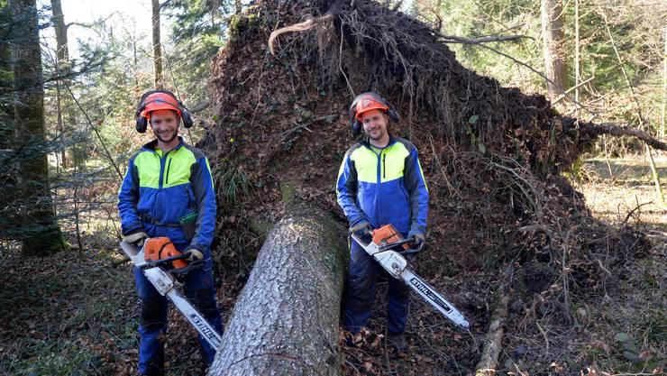 Die Brüder Flurin (links) und Simon Zwahlen führen einen Forstbetrieb und wollen in Etziken expandieren.