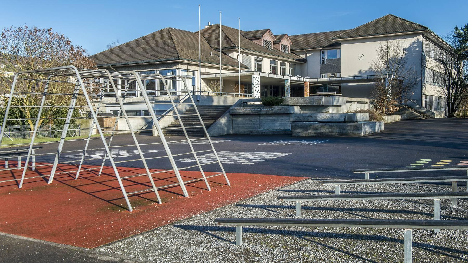 Die junge Frau wurde auf dem Weg über den Sportplatz des Schulhauses niedergeschlagen.
