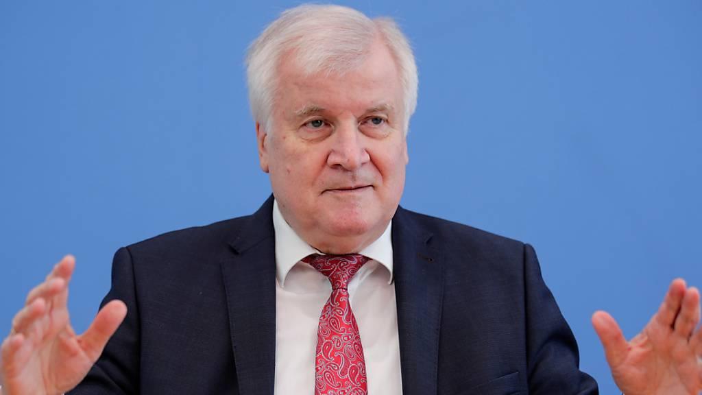 Horst Seehofer (CSU), Bundesminister für Inneres, Heimat und Bau, stellt in der Bundespressekonferenz den Verfassungsschutzbericht 2019 vor. Foto: Hannibal Hanschke/Reuters Pool/dpa