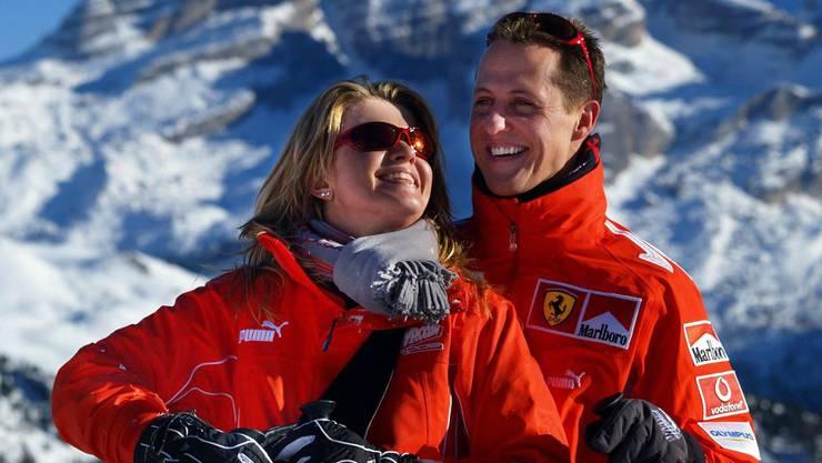 Michael Schumacher mit Ehefrau Corinna beim Skiausflug. (Archiv)