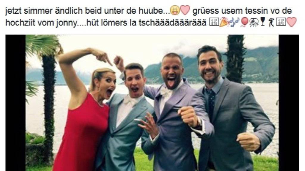 Petrus war dem Brautpaar Jonny Fischer (2.v.r.) und Michi Angehrn (2.v.l.) wohlgesonnen, als die beiden es am Samstag zur Hochzeit «tschädärä» liessen. Rechts Fischers Bühnenpartner Manu Burkart, links dessen Frau Michèle. (Facebook)