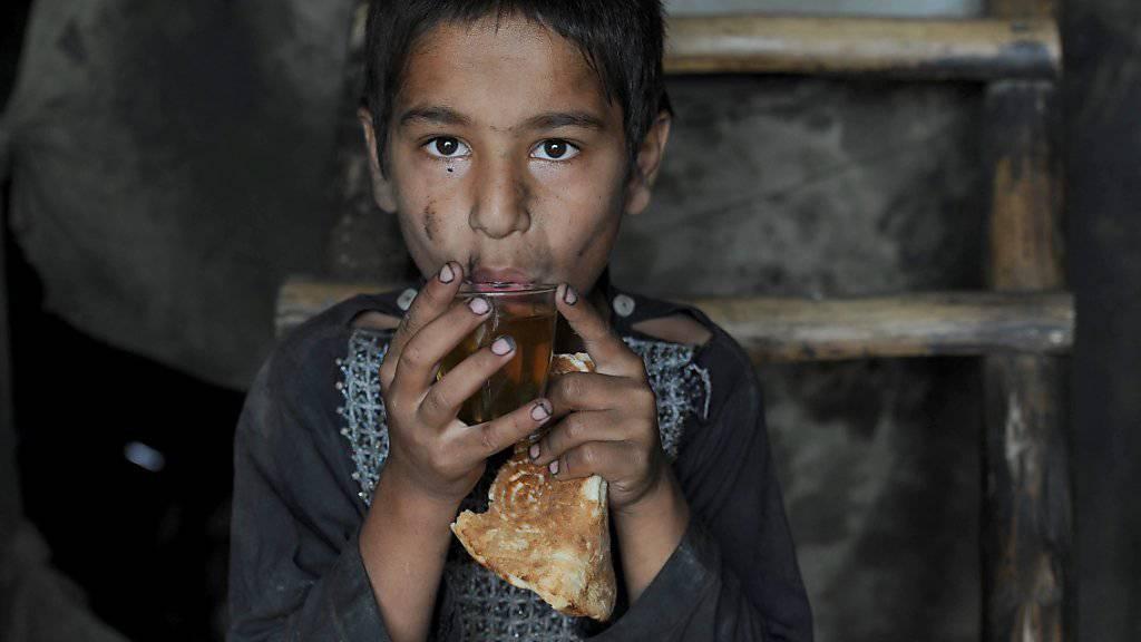 Ein Knabe in Dschalalabad erhält von Hilfsorganisationen Tee und Brot: Die UNO beklagt, dass rund eine Million Kinder in Afghanistan unterernährt sind. (Archiv)