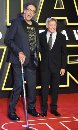 Peter Mayhew zusammen mit Harrison Ford auf dem roten Teppich bei der Premiere von «Star wars: The Force Awakens» im Dezember 2015.