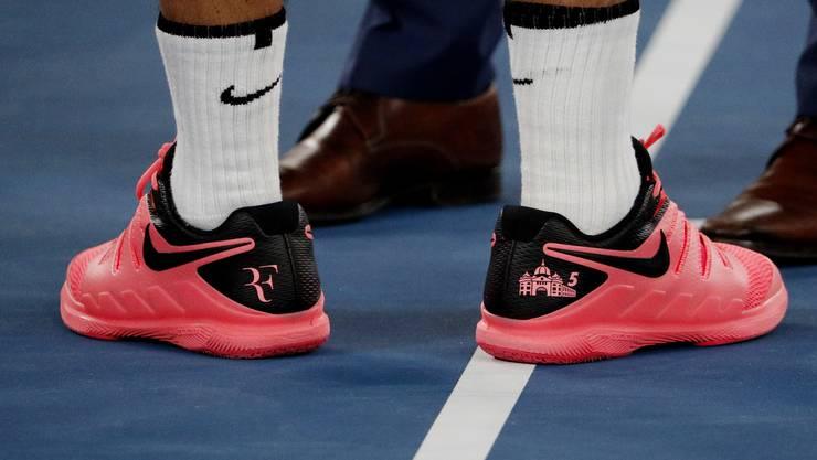 Roger Federers Schuhe mit der Silhouette der Flinders Street Station sollen schon bald einen Schönheitsfehler haben.