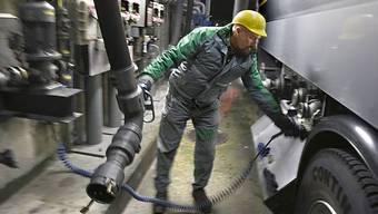 Aus einem Tanklastwagen ist in Basel Heizöl ausgelaufen. (Symbolbild)