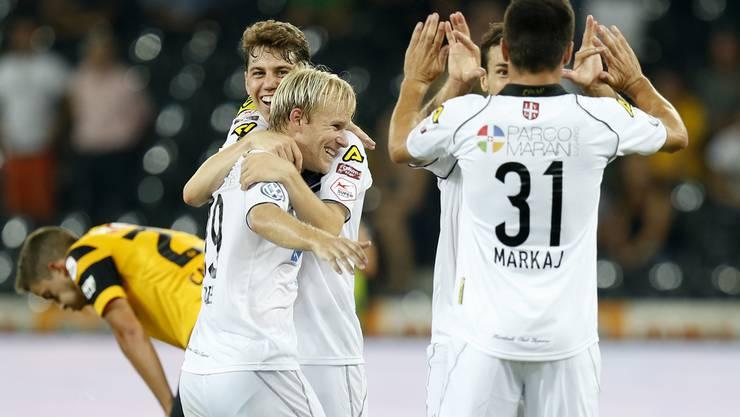 Die Spieler des FC Lugano freuen sich über ihr Tor.