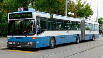 Der VBZ-Bus der Linie 165 war in Richtung Bürkliplatz unterwegs, als ein Auto auf die Busspur geriet. (Archivbild).jpg