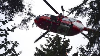 Der Mann verletzte sich bei seinem Sturz so schwer, dass er mit dem Helikopter ins Spital geflogen werden musste. (Symbolbild)