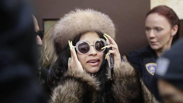 Die US-Rapperin Cardi B musste vor Gericht zwei Unterlassungserklärungen erneut unterschreiben. Ihr wird vorgeworfen, sich mit zwei Barkeeperinnen angelegt zu haben, die sie nun nicht weiter bedrohen darf. Hintergrund ist der Rosenkrieg mit ihrem Mann, dem Rapper Offset.