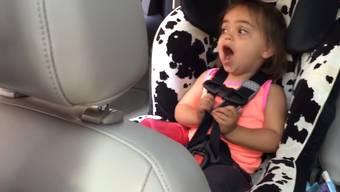 «Bohemian Rhapsody» im Kuh-Autositz: Millie hats drauf.