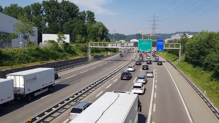 Auf der A1 gerieten ein BMW- und ein Dodge-Fahrer aneinander – der BMW-Lenker bremste das andere Auto aus. Bild: Philipp Muntwiler