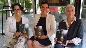Lara Albanesi, Barbara Riecke und Katja Stier (v.l.) mit dem Programmheft der kommenden Kurtheater-Saison.