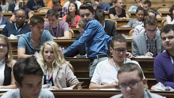 Jungpolitikerinnen- und Jungpolitiker diskutieren an der Jugendsession im Nationalratssaal in Bern.