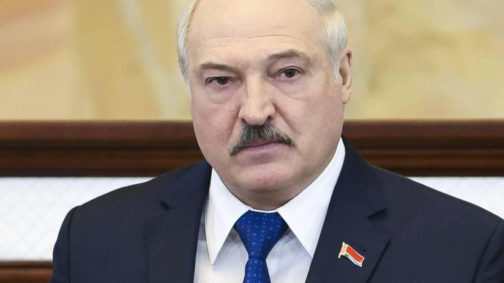 Der Präsident von Belarus Alexander Lukaschenko spricht vor dem Parlament in Minsk. Die EU-Staaten haben sich auf ein umfangreiches neues Sanktionspaket gegen Unterstützer des belarussischen Machthabers Alexander Lukaschenko verständigt. Foto: Sergei Shelega/POOL BelTA/AP/dpa
