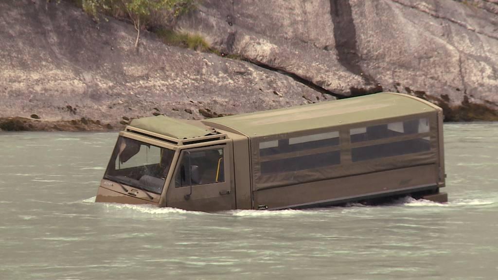 Armee-Duro im Rhein gelandet: Fahrzeug hat offenbar Handgranaten und scharfe Munition geladen