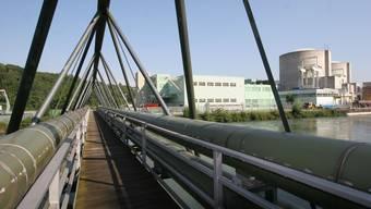 Bei einem Ja zum Atomausstieg muss die Refuna im nächsten Winter wieder teilweise mit Heizöl arbeiten. Über diese Brücke führen die Refuna-Leitungen ab Beznau. (Archivbild)