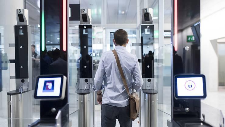 Der Flughafen Zürich möchte die automatische Passkontrolle ausbauen. Diese habe sich im Test bislang bewährt. Der endgültige Entscheid steht noch aus. (Archivbild)