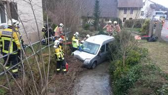 Das Auto kam im Bach zum Stillstand.
