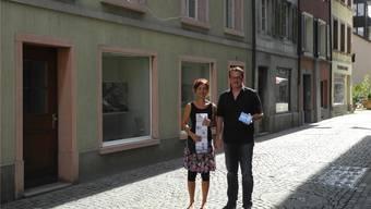 Dora Freiermuth (künstlerische Leitung) und Roland Lenzin (organisatorische Leitung) freuen sich auf die Ausstellung «Freie Fenster» in der Fischergasse. mf