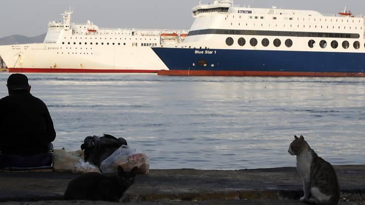 Fähren im Hafen von Piräus. Wegen des Streiks laufen die Schiffe am Dienstag nicht aus.