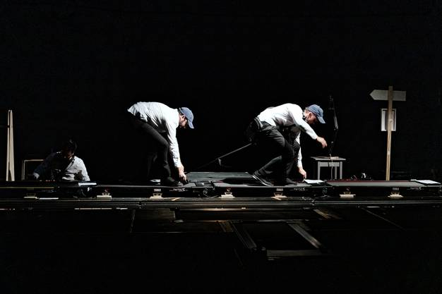 """""""Walk the Walk»: Die Mitglieder des Ensemble This/Ensemble That sind hier Performer, Musiker und Teil einer Installation. Bild: Gianmarco Bresadola"""
