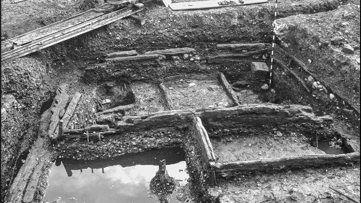 Wegen des feuchten Untergrunds haben sich unter dem Spiegelhof organische Materialien über Jahrhunderte erhalten können. Im Bild sind die tausend Jahre alten Holzhäuser zu sehen, die 1937 bei der ersten Spiegelhof-Ausgrabung entdeckt worden sind. Die Archäologen hoffen jetzt, mehr Überreste der Handwerkersiedlung aus der Zeit der ottonischen Kaiser zu finden und mit modernsten Mitteln zu analysieren.