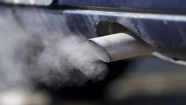 Die Auspuffanlagen von Autos mit moderner Elektronik müssen von 2013 an nicht mehr kontrolliert werden. keystone