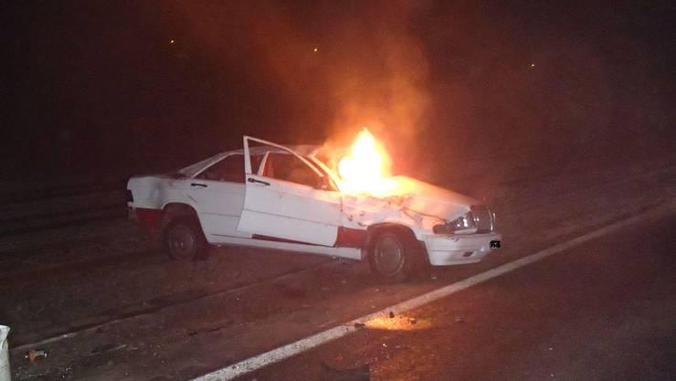 Auto brannte nach Unfall bei Safenwil aus.
