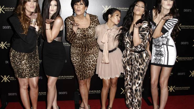 ARCHIV - Khloe Kardashian (l-r), Kylie Jenner, Kris Jenner, Kourtney Kardashian, Kim Kardashian und Kendall Jenner kommen 2011 bei der Kardashian Kollection Launch Party an. Foto: Matt Sayles/AP/dpa