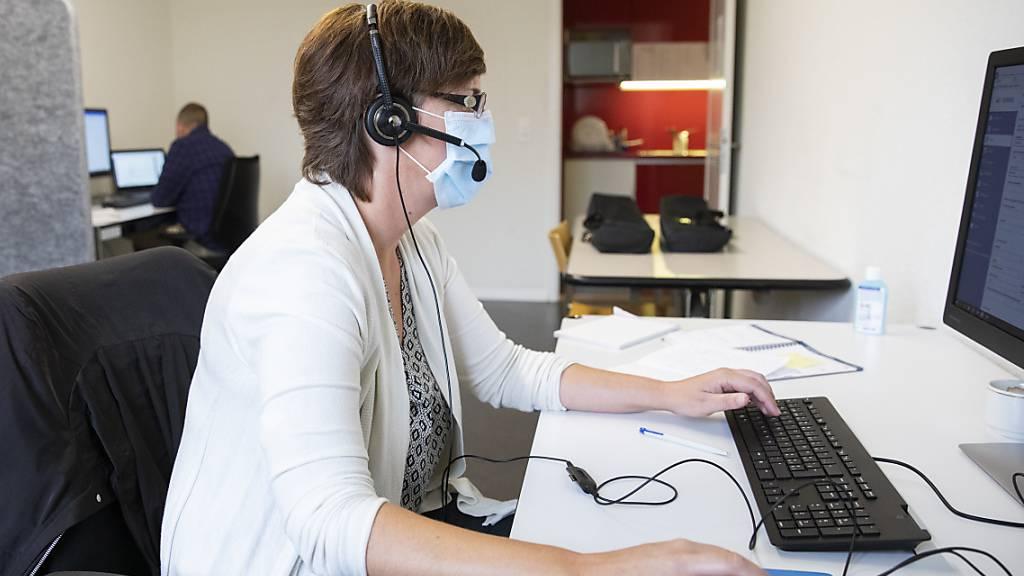 Eine Frau arbeitet im Contact Tracing Zentrum des Kantons Bern. (Symbolbild)