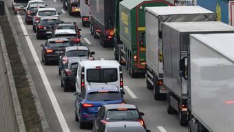 Der Verkehr staut sich wegen eines Unfalls. (Archivbild)