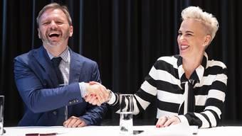 Nadine Borter, Stiftungsratspraesidentin, rechts, stellt Florian Scholz, neuer Intendant von Konzert Theater Bern den Medien vor, am Donnerstag, 20. Juni 2019, in Bern. (KEYSTONE/Peter Schneider)