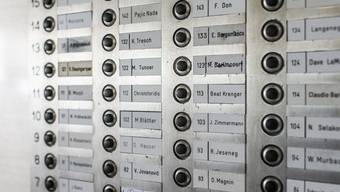 Grosse Namenvielfalt innerhalb eines Klingelbretts eines Hochhauses. (Symbolbild)