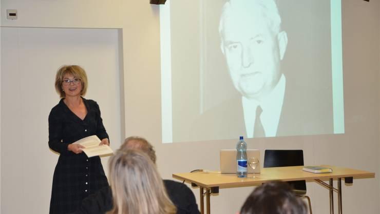 Bettina Hahnloser mit ihrem Buch, das sie über ihren Grossvater Rudolf Schild-Comtesse geschrieben hat.