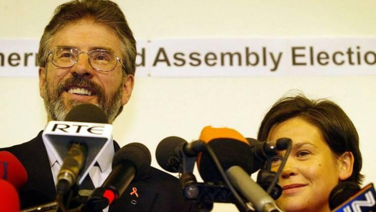 Der abtretende Präsident der katholischen Sinn-Fein-Partei in Irland, Gerry Adams (links), und seine Nachfolgerin Mary Lou McDonald.