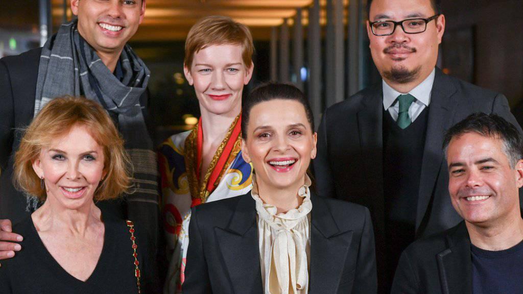 Die Berlinale-Jury: Produzentin Trudie Styler, Schauspielerin und Jury-Präsidentin Juliette Binoche, Regisseur Sebastian Lelio (unten von l-r), MoMA-Chefkurator Rajendra Roy, Schauspielerin Sandra Hüller und Schriftsteller Justin Chang (oben l-r).